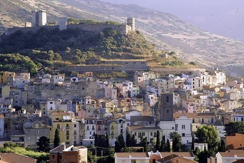 veduta aerea di Bosa con il castello